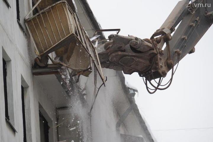 Снос расселенной пятиэтажки в рамках реновации стартовал на западе Москвы