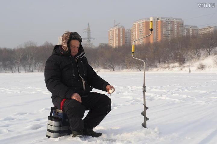 "Зимняя рыбалка. На фото Владимир Матвейчиков / Павел Волков, ""Вечерняя Москва"""