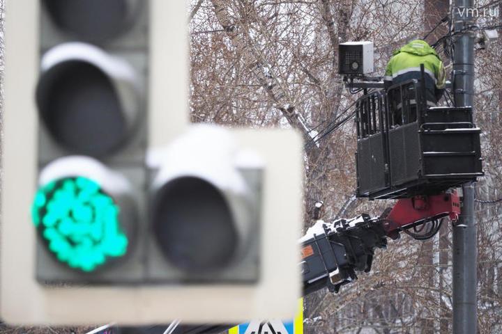 """Среди других изменений – регулировка ночного режима работы светофоров на 72 пешеходных переходах, на которых в целях повышения безопасности мигающий желтый сигнал был изменен на стандартный для дневного времени трехцветный режим / Антон Гердо, """"Вечерняя Москва"""""""