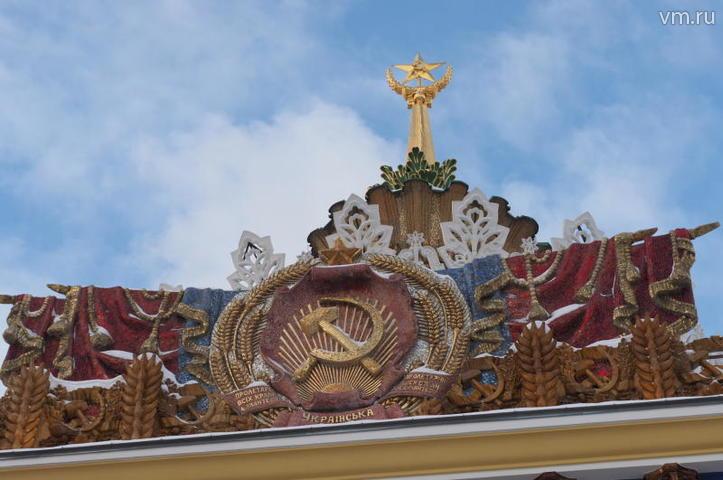 """Над входом в здание, как и больше полувека назад, «развевается» яркий герб советской республики / Антон Гердо , """"Вечерняя Москва"""""""