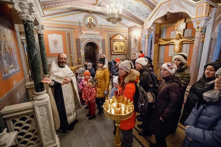 Священник храма протоиерей Павел Глазунов провел экскурсиюпо обители и познакомил детей с православными рождественскими традициями колядования / PHOTO.ASHURBEYLI.RU