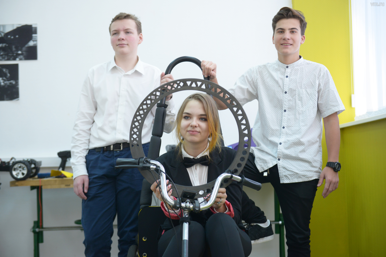 На фото Алексей Кисель, Глеба Буланов и Анастасия Месропова со своим изобретением - безвоздушной шиной