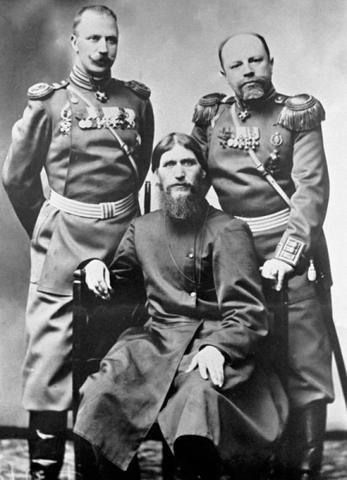 Слева направо: полковник Дмитрий Николаевич Ломан, Григорий Распутин, князь Михаил Сергеевич Путятин / РИА Новости