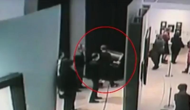 27 января, средь бела дня из одного из залов было похищено полотно работы Архипа Куинджи «Ай-Петри. Крым» / кадр из видео камер видеонаблюдения. опубликовано на сайте МВД