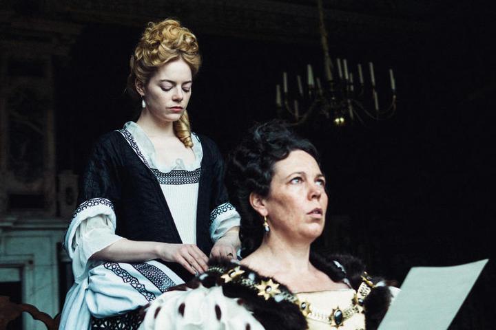 При дворе появляется молодая герцогиняи ейудается быстро заполучить расположение королевы / Кадр из фильма «Фаворитка» © кинотеатр Пионер
