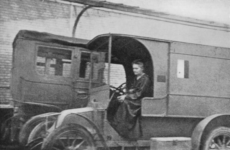 Мария Склодовская-Кюри за рулём мобильной рентгеновской установки / Wikipedia / Общественное достояние