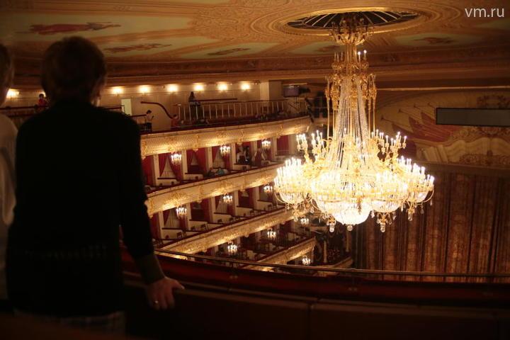 """«Неудобное место». Видно только люстру театра. Чтобы увидеть сцену, нужно встать и подняться на цыпочки / Cергей Шахиджанян, """"Вечерняя Москва"""""""