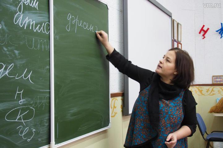 """Учитель татарского языка Лилиана Сафина проводит урок. Зарплаты столичных учителей в прошлом году выросли на 22 процента. Прогноз на этот год тоже благоприятный. Так, например, за классное руководство будут доплачивать 12,5 тысячи рублей / Элина Масимова, """"Вечерняя Москва"""""""