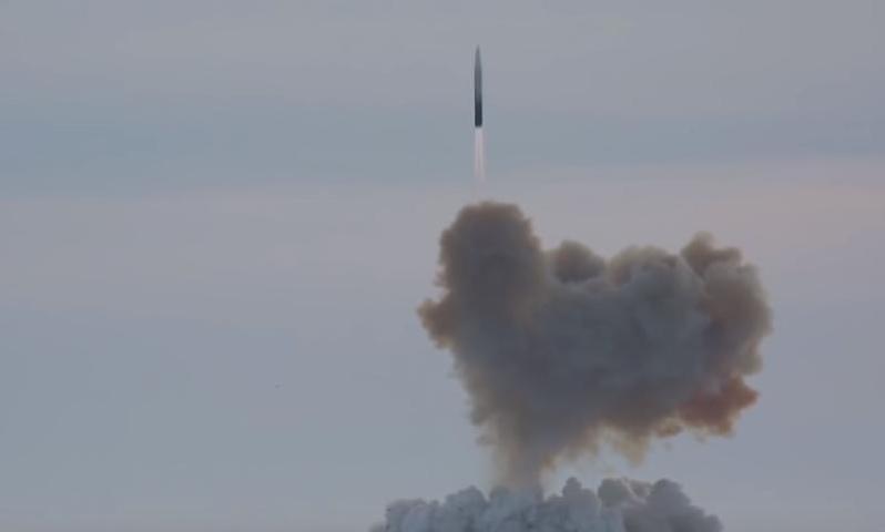 Комплекс УР-100Н УТТХ представляет собой модернизированную до современных требований ракету УР-100 и гиперзвуковой боевой блок (боеголовку) «Авангард» / Cкриншот с видео YouTube-канала Минобороны России