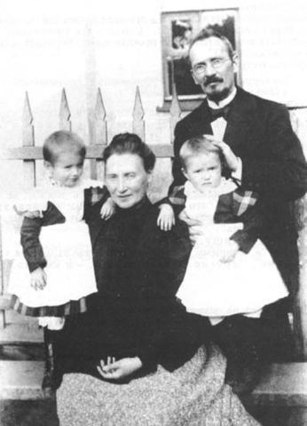 Василий Розанов и Варвара Бутягина с дочерьми / снимок из журнала «Наше наследие» за 1989 год