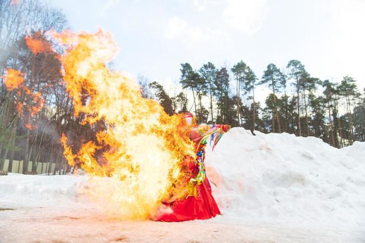 В завершение гуляний по старой русской традиции сожгли чучело, символизирующее уходящую зиму / Александр Омельянчук