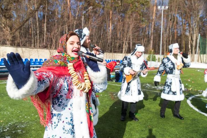 Уставшие танцоры и спортсмены подкрепляли свои силы горячим чаем с блинами / Александр Омельянчук