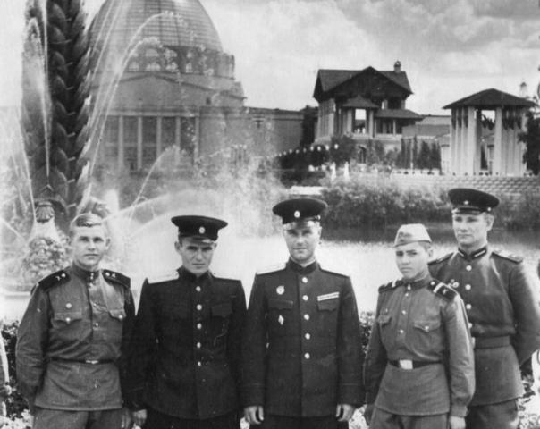 БЫЛО1956 год. Военнослужащие позируют перед фонтаном / PASTVU.COM