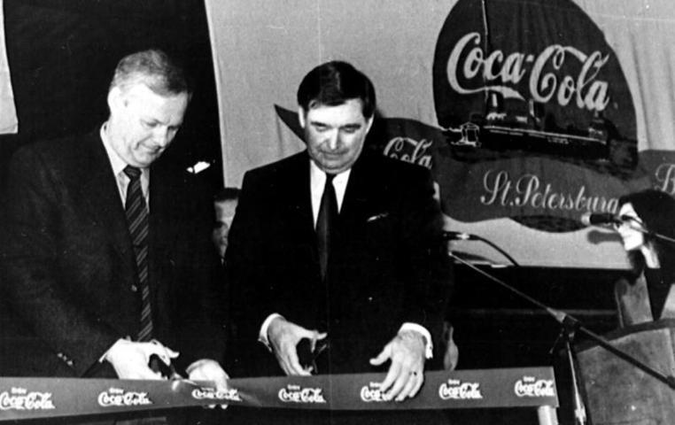 Президент компании «Кока-Кола» Даглас Айвестер (справа) и мэр Санкт-Петербурга Анатолий Собчак во время торжественного открытия петербургского завода. Тогда же американская компания объявила об увеличении в два раза своих инвестиций в России / Смольский Сергей/Фотохроника ТАСС
