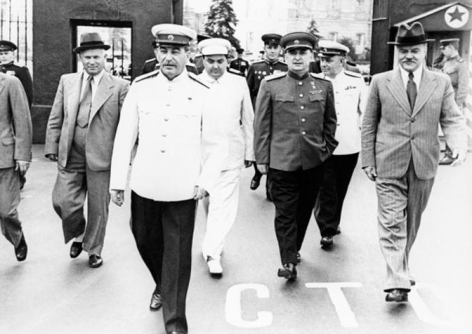 Слева направо: Никита Хрущев, Иосиф Сталин, Георгий Маленков, Лаврентий Берия, Вячеслав Молотов на Всесоюзном параде физкультурников. Фото 1945 года / РИА Новости