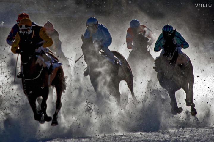 Скачки в рамках международного турнира по конному спорту WHITE TOURF на зимнем ипподроме Сент-Морица, Швейцария, 5 февраля 2002 года / Алексей Белянчев, «Вечерняя Москва»