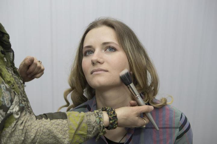 Визажист нанесла базу под макияж со светоотражающими частицами / Сергей Каптилкин, «Вечерняя Москва»