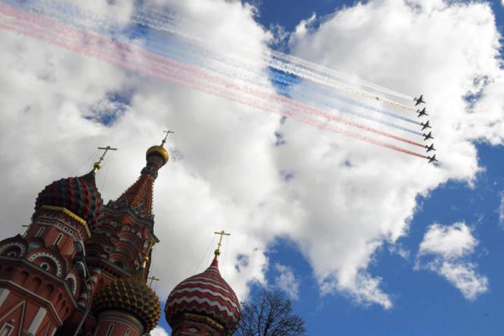 Штурмовики Су-25 БМ пролетают над Красной площадью во время репетиции воздушной части Парада Победы. / Илья Питалев / РИА Новости