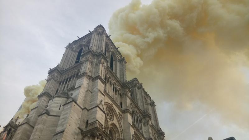 До этого в результате возгорания обрушились крыша святыни, часы и шпиль / Twitter-аккаунт мэра Парижа @Anne_Hidalgo