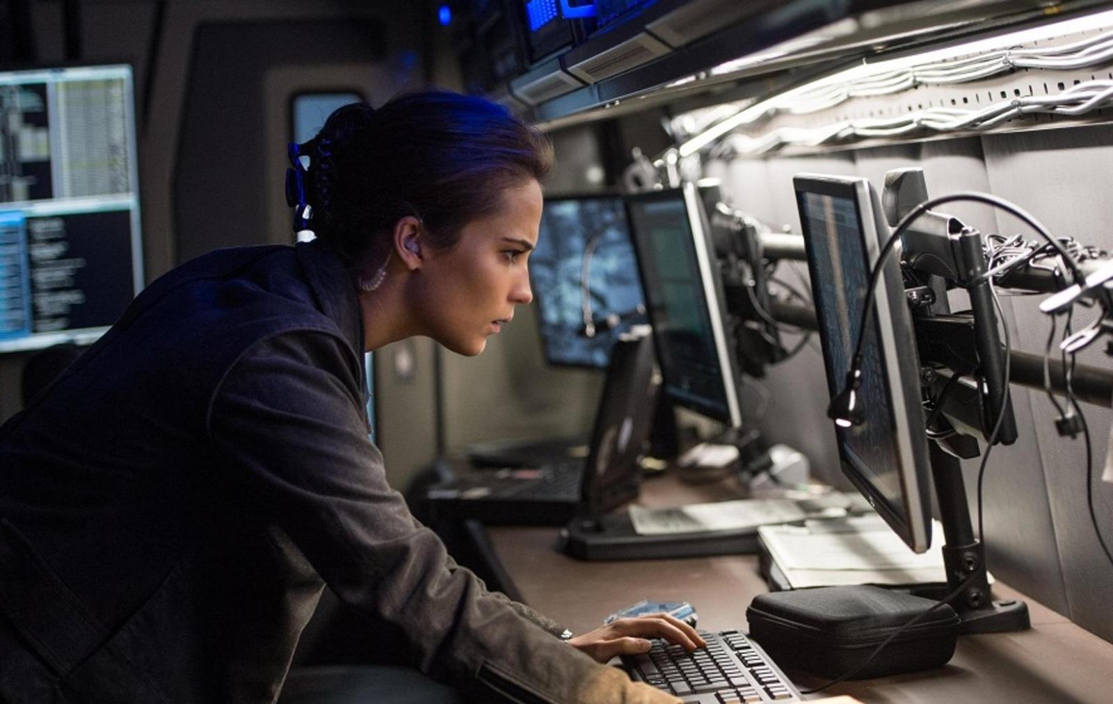 Уточняется, что заклеивание микрофона и камеры поможет владельцам ноутбуков лучше защититься от «нападения» хакеров