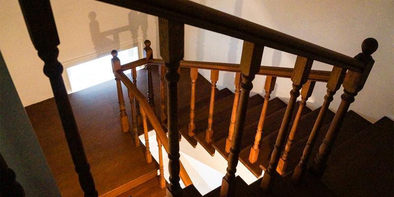Внутри особняка сохранились изразцовые печи и историческая лестница, а на полу первого этажа можно увидеть узоры, выложенные из метлахской плитки / https://www.mos.ru/Официальный сайт Мэра Москвы