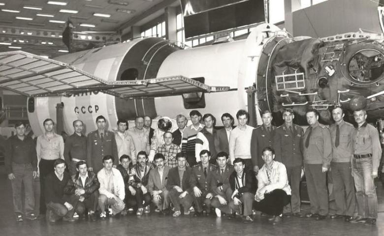 Первые экипажи вертолетов МИ-26 и МИ-6, участвовавшие в ликвидации на ЧАЭС, в звездном городке на экскурсии после обследования в госпитале; июнь 1986 год. Экскурсию проводили космонавты / Из личного архива Александра Петрова