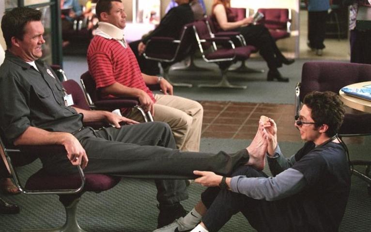 """Проблемы с ногами могут указывать на аритмию или неврологические болезни / Кадр из сериала """"Клиника"""""""