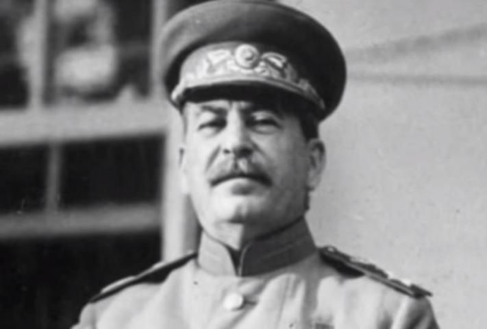 Прозаик уверяет, что лидер СССР способствовал установлению блокады в Ленинграде, таким образом помогая фюреру / Cкриншот с видео YouTube (https://www.youtube.com/watch?v=6wUWSBOJJZY)