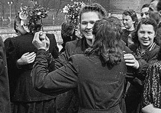 Было. 9 мая 1945 года. Москвичи радуются победе в Великой Отечественной войне / PASTVU.COM