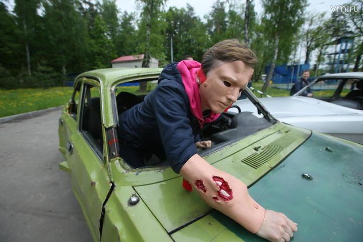Накорреспондента надели две маски — «лицо со шрамом» и «рану» на руку / Владимир Смоляков, «Вечерняя Москва»