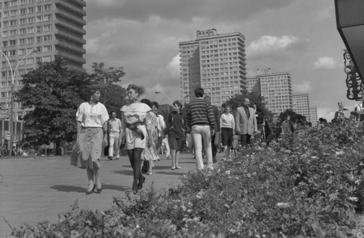 БЫЛО 1 августа 1988 года. В те годы Новый Арбат еще назывался проспектом Калинина, и цветов на нем было не так много, как сегодня / Яцина Владимир/Фотохроника/ТАСС