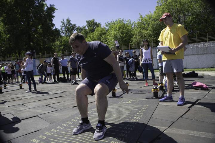 В рамках фестиваля тысячи участников проверили свои возможности в беге, подтягивании и прыжках / Борис Бухтияров