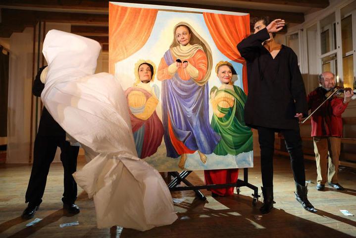 В спектакле «Декамерон» режиссер великолепно показывает двойственность Италии — столицы католической веры и центра «вечного праздника жизни» / Пресс-служба «Школы драматического искусства»