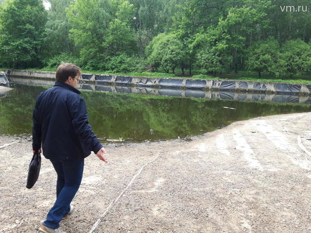 Эколог Максим Лапушкин осматривает пересохший пруд / Алена Шереметева, «Вечерняя Москва»