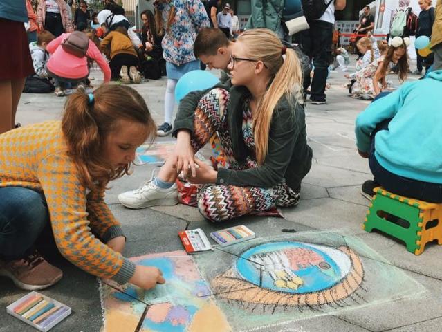 Увидеть рисунки детей можно на выставке, которая представлена в малом амфитеатре парка «Зарядье» / Елена Кульбак, «Вечерняя Москва»