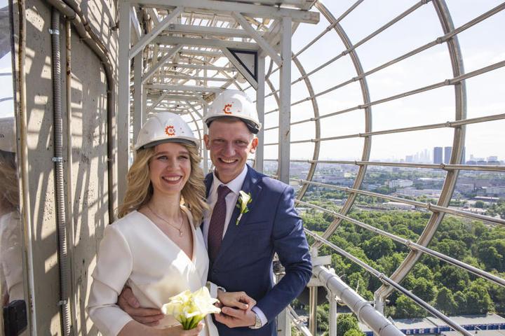 Счастливые молодожены на высоте337 метров / Фото предоставлено пресс-службой Останкинской башни