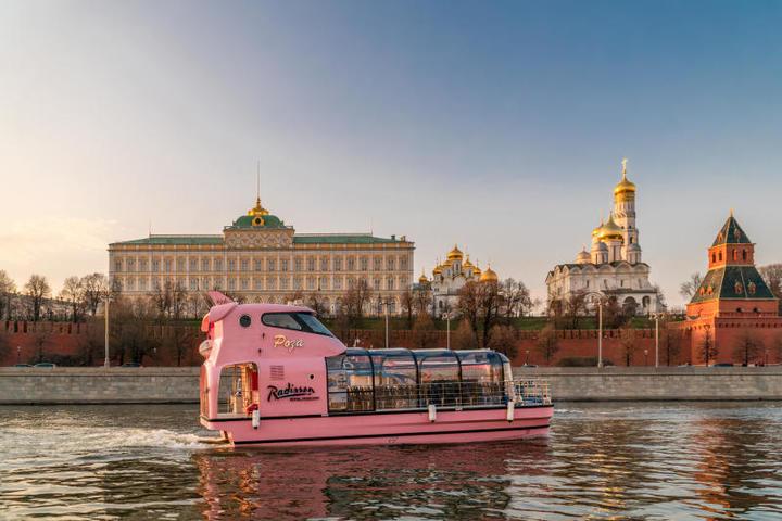 Новые речные трамваи пассажиры будут узнавать по ярким цветам. Розовый, к примеру, назван «Розой» / Предоставлено пресс-службой