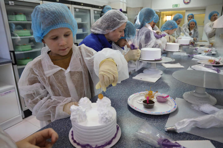 После экскурсии по цехам маленьким посетителям предложили отправиться на мастер-класс по декору торта-мороженого / Павел Волков, «Вечерняя Москва»