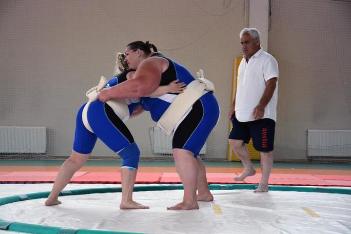 Опрометчиво бросать вызов пятикратной чемпионке мира по сумо Ольге Давыдко (справа) / Алиса Дворникова