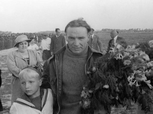 На фото: Валерий Чкалов с сыном / Фишман/ТАСС