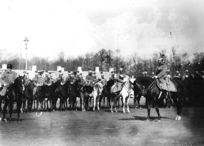 Парад лейб-гвардии Конного полка, справа — командир полка генерал хан Нахичеванский, 1908 год / Wikipedia / Общественное достояние