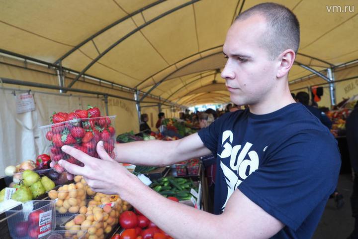 Максим Жулевотметил, что покупать клубнику лучше на ярмарках выходного дня / Павел Волков, «Вечерняя Москва»