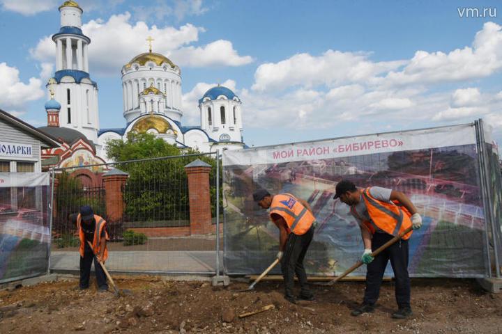 Работы по благоустройству в парке проводятся в рамках программы «Мой район» / Владимир Новиков, «Вечерняя Москва»