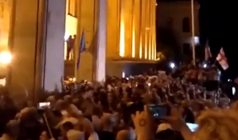 Митингующие обступили здание парламента вТбилиси / Скриншот с видео Rutply (https://twitter.com/Ruptly)