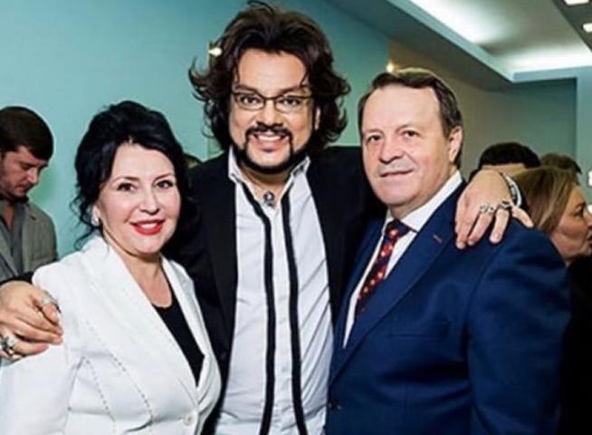 На фото: мать Николая Баскова Елена (слева), певец Филипп Киркоров (в центре), отец Николая Баскова Виктор (справа) / Фотография из Instagram (https://www.instagram.com/fkirkorov/)
