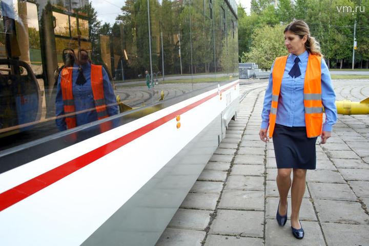 Ирина Зеленицына проверяет состояние трамвая перед рейсом / Алексей Орлов, «Вечерняя Москва»