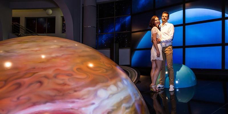 Теперь столичные пары могут сыграть свадьбу под большим куполом звездного неба в Московском планетарии / официальный сайт мэра Москвы