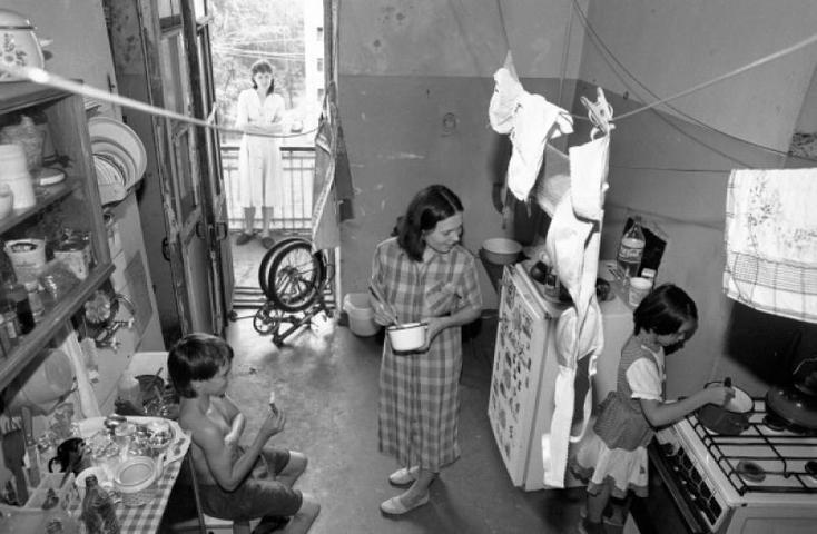 БЫЛО 1 июня 1997 года. Жители коммунальной квартиры на кухне. Большая часть коммуналок в Москве была расселена еще в 1960-е, когда массово строились хрущевки. Жилье нового формата, которое сейчас / Олег Ласточкин/ РИА Новости