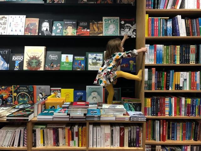 На московской книжной площадке «Маршак» всегда готовы встретить взрослых и подростков, чтобы познакомить с современной детской литературой / «Маршак»