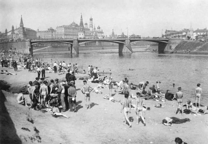 БЫЛО: В 1920-е годы эта набережная называлась Пречистенской. Пляжная зона тогда была платной / PASTVU_COM